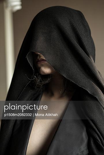 Junge Frau unter einem Hijab - p1508m2082332 von Mona Alikhah
