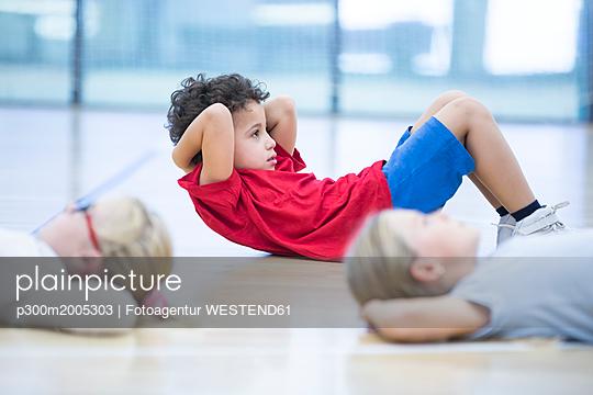 Pupils exercising in gym class - p300m2005303 von Fotoagentur WESTEND61