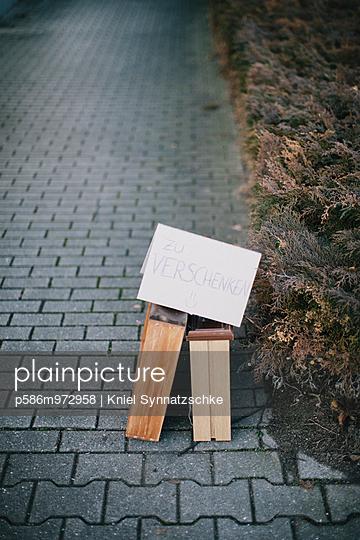 Schild mit der Aufschrift zu verschenken - p586m972958 von Kniel Synnatzschke