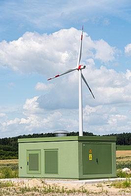 Windkraftanlage mit Trafostation - p1079m1553062 von Ulrich Mertens