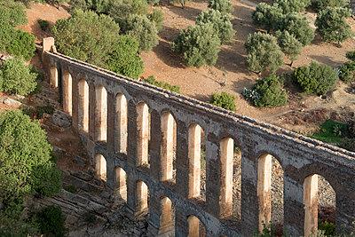 Old Roman aqueduct ruin, in Morocco - p1216m2186964 von Céleste Manet
