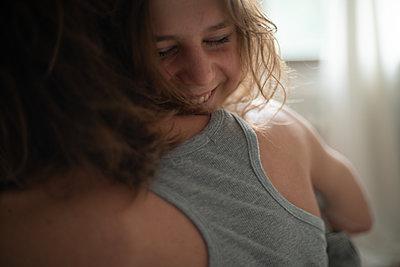 Young couple, portrait - p1321m2184410 by Gordon Spooner