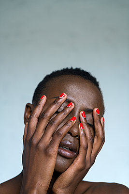 Portrait of African woman with varnished fingernails - p427m1462707 by Ralf Mohr