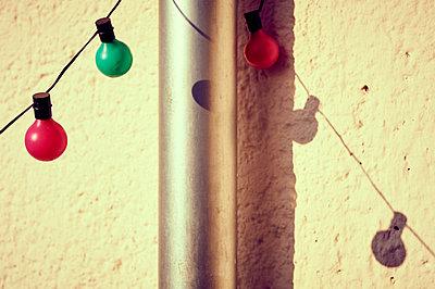 Lichterkette vor Wand - p900m1222108 von Michael Moser