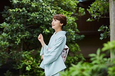 Young Japanese woman wearing traditional kimono - p307m2135273 by Yosuke Tanaka