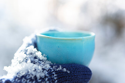 Cold winter, hot beverage - p454m2125781 by Lubitz + Dorner