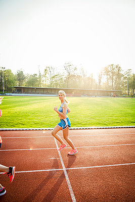 Sportliche Frau - p904m1031359 von Stefanie Päffgen