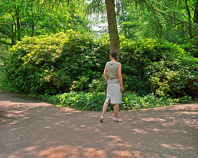 Woman taking a walk in the park - p1012m1168906 by Frank Krems