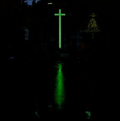 Cross in the rain - p1028m2002172 von Jean Marmeisse