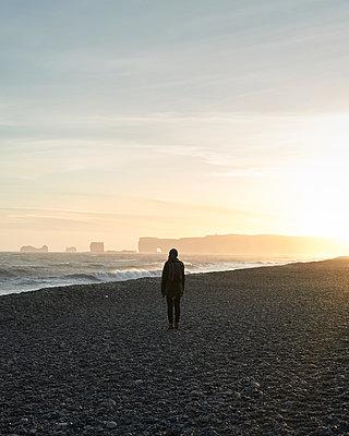 Frau am Strand Reynisfjara - p1124m1060274 von Willing-Holtz