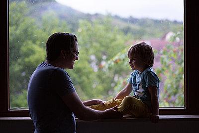 Vater und Sohn am Fenster - p1308m2057148 von felice douglas