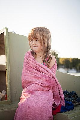 Mädchen auf Boot mit Handtuch nach dem Baden - p1394m2071028 von benjamin tafel