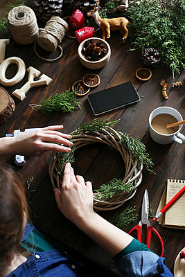 Woman decorating Advent wreath on work table, partial view - p300m1192416 by Retales Botijero