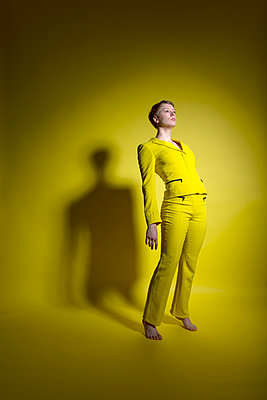 Woman in yellow outfit - p427m2109250 by Ralf Mohr