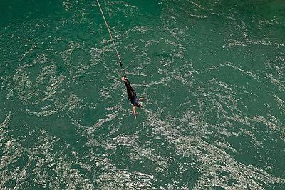 Bungee Jumping von der Kawarau Bridge in Neuseeland - p470m1573201 von Ingrid Michel