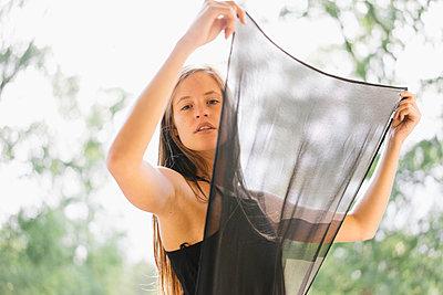 Junge Frau im schwarzen Partykleid - p586m1041919 von Kniel Synnatzschke