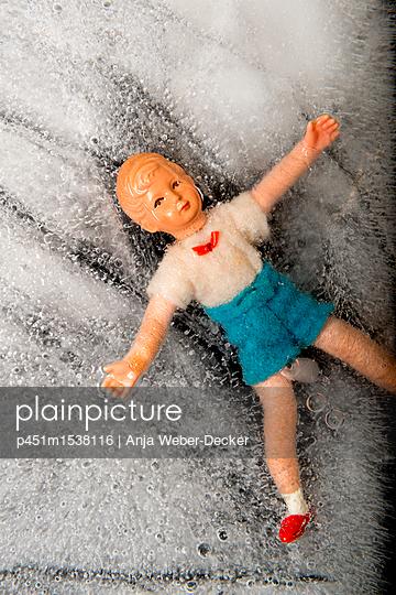 Eingefrrene Puppe - p451m1538116 von Anja Weber-Decker
