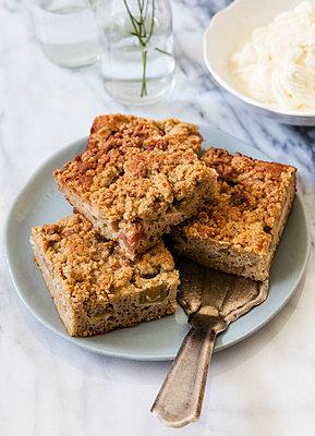 Rhubarb cake and cake server on plate - p300m2069744 by Eva Gruendemann