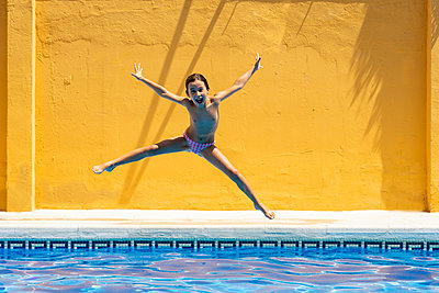 Young girl jumping in the pool - p300m2029547 by Javier Sánchez Mingorance