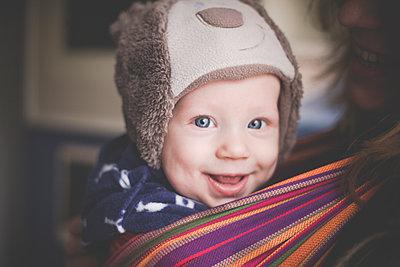 Portrait of happy baby boy in a sling - p300m2114353 by Irina Heß