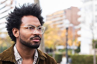 Close-up of thoughtful man with afro hair wearing eyeglasses - p300m2244006 by NOVELLIMAGE