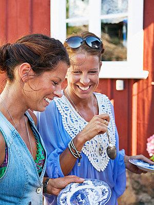 Women having outdoor lunch - p312m696021 by Matilda Lindeblad
