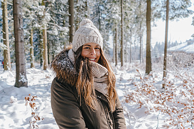 Young woman enjoying her winter holiday - p586m2005127 by Kniel Synnatzschke