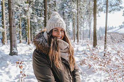 Junge Frau genießt den Winterurlaub - p586m2005127 von Kniel Synnatzschke