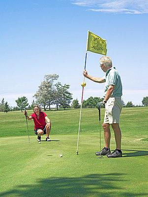 Senioren beim Golf spielen  - p6430188f von senior images RF