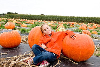 Kind mit Riesenkürbissen - p8940017 von Marzena Kosicka