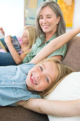 kleines Mädchen mit Grossmutter - p1156m1591777 von miep