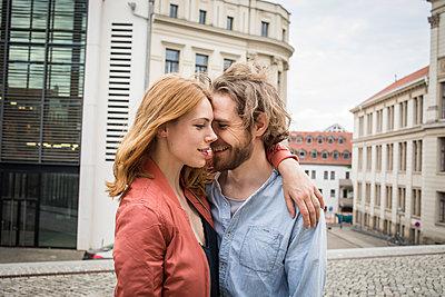 Verliebtes Paar in der Stadt - p1284m1466717 von Ritzmann