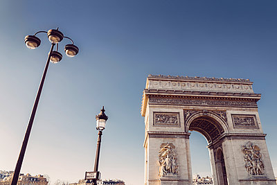 France, Paris, low angle shot of the Arc de Triomphe from Place Charles de Gaulle - p300m1152148 by ibreakphotos