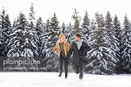 Junges Paar tobt herum in Schneelandschaft - p1124m1589334 von Willing Holtz
