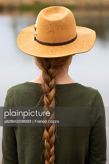 Woman with a plait and hat - p628m2238093 by Franco Cozzo