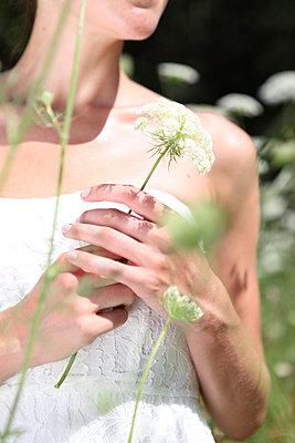 Romantik mit Blumen - p045m944461 von Jasmin Sander