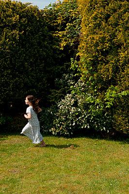 young girl running in garden in nightie - p1311m1138089 by Stefanie Lange
