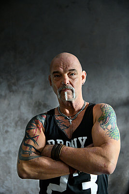Bald man with muscles and tattoo - p427m2272312 by Ralf Mohr