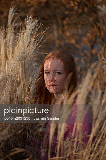 Rothaarige Frau in der Natur - p045m2031230 von Jasmin Sander