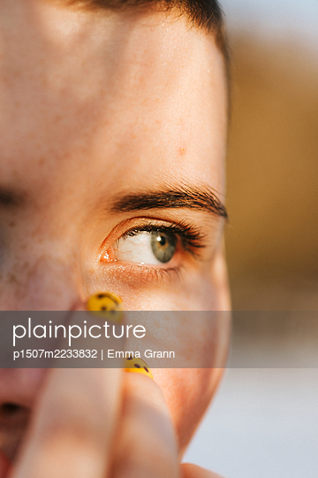 Close-up face - p1507m2233832 by Emma Grann