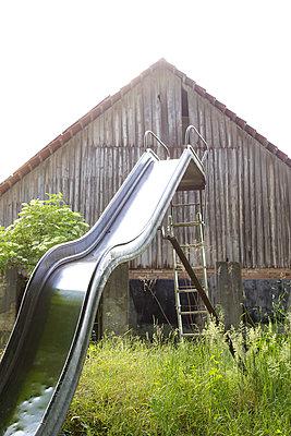 Bauernhof Rutsche - p606m937968 von Iris Friedrich