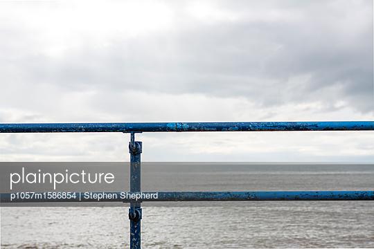Verwittertes Stahlgeländer an der Küste - p1057m1586854 von Stephen Shepherd