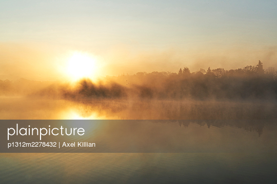 Germany, Lake with sun in the backlight - p1312m2278432 by Axel Killian