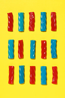 Overhead view of gelatin dessert on yellow background - p1166m1577888 by Cavan Images