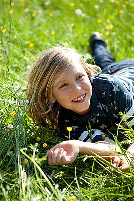 Junge liegt im Gras - p1195m1138109 von Kathrin Brunnhofer