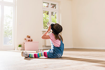 Girl in empty apartment wearing VR glasses - p300m1460152 by Uwe Umstätter