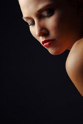 Frauenportrait - p3300359 von Harald Braun