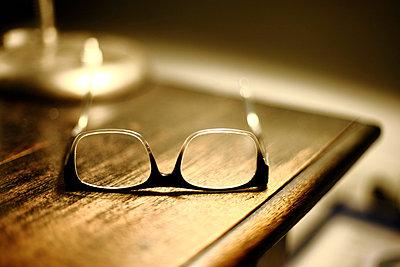 Eine Brille auf dem Tisch - p550m758648 von Thomas Franz