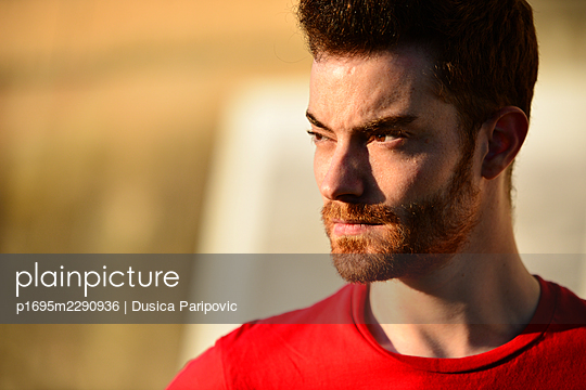 Portrait of man with brown hair - p1695m2290936 by Dusica Paripovic
