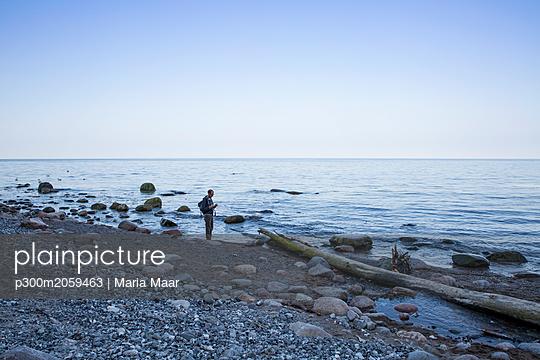 Germany, Mecklenburg-Western Pomerania, Ruegen, Jasmund National Park, hiker at the beach - p300m2059463 by Maria Maar